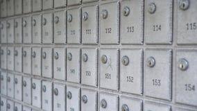Fondo de los buzones de correos de la abundancia en fila almacen de metraje de vídeo