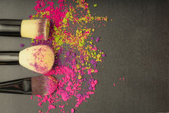 Fondo de los cepillos del maquillaje con sombreador de ojos del maquillaje Foto de archivo libre de regalías