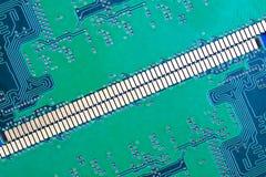 Fondo de los contactos del verde del circuito electrónico fotos de archivo