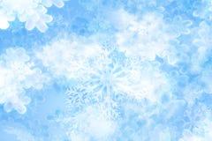Fondo de los copos de nieve en suavemente el brillo Foto de archivo libre de regalías