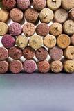 Fondo de los corchos de las botellas de vino con el espacio libre Imágenes de archivo libres de regalías