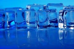 Fondo de los cubos de hielo Fotos de archivo libres de regalías