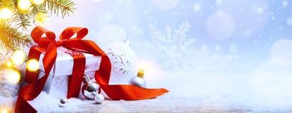 Fondo de los días de fiesta de Art Christmas; caja de regalo y árbol de navidad d Fotos de archivo