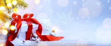 Fondo de los días de fiesta de la Navidad con la caja de regalo; árbol de abeto de la nieve, holi Fotografía de archivo