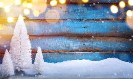 Fondo de los días de fiesta de la Navidad con la luz de los árboles de navidad Fotos de archivo
