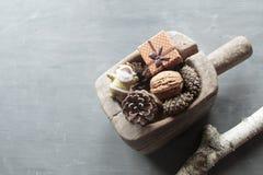 Fondo de los días de fiesta de la Navidad Objeto del pino Cones Santa y un regalo Imagen de archivo libre de regalías
