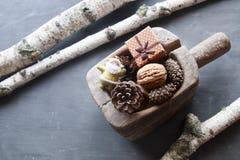 Fondo de los días de fiesta de la Navidad Objeto del pino Cones Santa y un regalo Imagen de archivo
