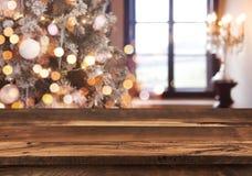 Fondo de los días de fiesta con los puntos ligeros, la ventana del bokeh y el tablero de la mesa de madera fotos de archivo libres de regalías