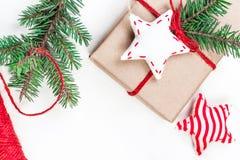 Fondo de los días de fiesta de la Navidad con las decoraciones y el regalo festivos Imagen de archivo libre de regalías