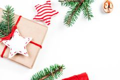Fondo de los días de fiesta de la Navidad con las decoraciones y el regalo festivos Fotografía de archivo libre de regalías