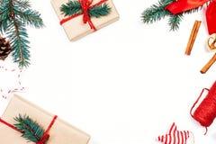 Fondo de los días de fiesta de la Navidad con las decoraciones y el regalo festivos Fotos de archivo libres de regalías