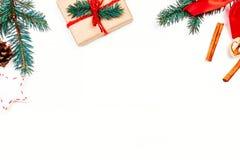 Fondo de los días de fiesta de la Navidad con las decoraciones y el regalo festivos Imágenes de archivo libres de regalías