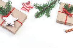 Fondo de los días de fiesta de la Navidad con las decoraciones y el regalo festivos Imagenes de archivo