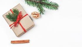 Fondo de los días de fiesta de la Navidad con las decoraciones y el regalo festivos Foto de archivo libre de regalías