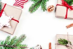Fondo de los días de fiesta de la Navidad con las decoraciones y el regalo festivos Fotos de archivo