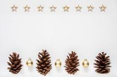 Fondo de los días de fiesta de la Navidad Decoración de la Navidad, bola de oro Fotos de archivo