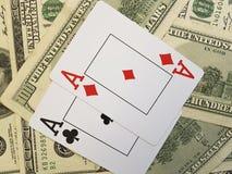 Fondo de los dólares el jugar de tarjeta que juega riesgo de la oportunidad del éxito del efectivo del póker Fotos de archivo libres de regalías