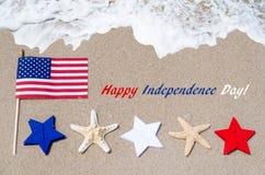 Fondo de los E.E.U.U. del Día de la Independencia con la bandera, las estrellas de mar y las estrellas Imágenes de archivo libres de regalías
