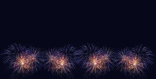 Fondo de los fuegos artificiales Fuegos artificiales coloridos en el cielo nocturno Imágenes de archivo libres de regalías