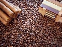 Fondo de los granos de café con los cigarros cubanos y una caja para el almacenamiento de accesorios Foto de archivo libre de regalías