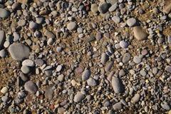 Fondo de los guijarros del mar en una playa arenosa Imagen de archivo libre de regalías