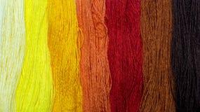 Fondo de los hilos multicolores Hilo del arco iris en tonos rojos Fotografía de archivo libre de regalías
