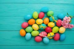 Fondo de los huevos de Pascua Huevo colorido Visión superior y mofa para arriba Diversión del día de fiesta Diseño de la comida A fotografía de archivo