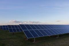 Fondo de los módulos fotovoltaicos para la energía renovable Foto de archivo