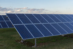 Fondo de los módulos fotovoltaicos para la energía renovable Imagen de archivo