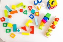 Fondo de los niños de los juguetes Cubos de madera con números y ladrillos coloridos del juguete en un fondo blanco marco hecho d Fotografía de archivo