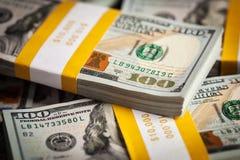 Fondo de los nuevos 100 dólares de EE. UU. de cuentas de los billetes de banco Fotografía de archivo