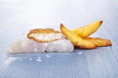 Fondo de los pescado frito con patatas fritas. Imagen de archivo