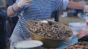 Fondo de los pescados frescos y de los mariscos vendido en la comida de la calle metrajes