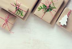 Fondo de los presentes de la Navidad o del Año Nuevo Fotos de archivo