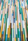 Fondo de los rectángulos plásticos coloreados dispuestos verticalmente en perspectiva fotografía de archivo