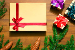 Fondo de los regalos de la Navidad Cajas, ramas del abeto y conos Foto de archivo