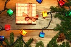 Fondo de los regalos de la Navidad Cajas y conos Tarjeta del Año Nuevo Imagenes de archivo