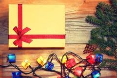 Fondo de los regalos de la Navidad Cajas y conos Tarjeta del Año Nuevo Imagen de archivo
