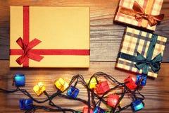 Fondo de los regalos de la Navidad Cajas y conos Tarjeta del Año Nuevo Fotos de archivo