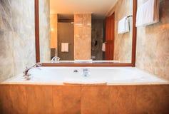 Fondo de lujo moderno higiénico del diseño de la instalación del cuarto de baño Arquitectura interior del alojamiento del centro  imagenes de archivo