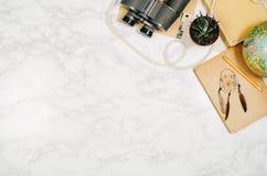 Fondo de mármol blanco de la opinión superior de los accesorios del viaje con el espacio de la copia Foto de archivo libre de regalías