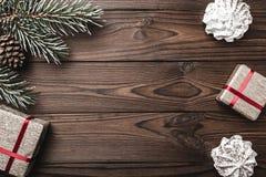 Fondo de madera Árbol de abeto, cono decorativo Dulces Espacio de mensaje por la Navidad y el Año Nuevo Foto de archivo