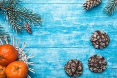 Fondo de madera azul Árbol de abeto verde Cookies Fruta con el mandarín Tarjeta de felicitación de la Navidad y Año Nuevo Fotografía de archivo