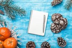 Fondo de madera azul Árbol de abeto verde Dulces Fruta con el mandarín Tarjeta de felicitación de la Navidad y Año Nuevo Fotografía de archivo