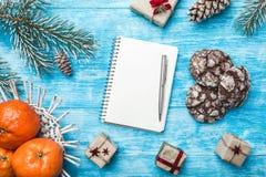 Fondo de madera azul Árbol de abeto verde Dulces Fruta con el mandarín Tarjeta de felicitación de la Navidad y Año Nuevo Imagen de archivo