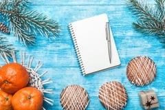 Fondo de madera azul Árbol de abeto verde Fruta con el mandarín Dulces Tarjeta de felicitación de la Navidad y Año Nuevo Imagen de archivo