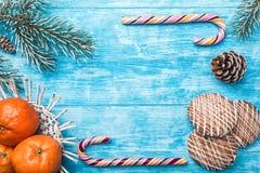 Fondo de madera azul Árbol de abeto verde Fruta con el mandarín Dulces Tarjeta de felicitación de la Navidad y Año Nuevo Imagenes de archivo