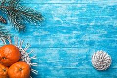 Fondo de madera azul Árbol de abeto verde Fruta con el mandarín Espacio por mensaje de la Navidad o Año Nuevo Fotos de archivo libres de regalías