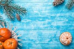 Fondo de madera azul Árbol de abeto verde Fruta con el mandarín Tarjeta de felicitación de la Navidad y Año Nuevo Imagen de archivo
