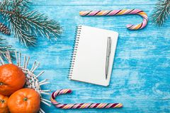 Fondo de madera azul Árbol de abeto verde Fruta con el mandarín Tarjeta de felicitación de la Navidad y Año Nuevo Espacio para la Fotografía de archivo libre de regalías